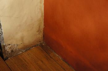 En cas d'humidité acsensionnelle, le mur se comporte comme une éponge qui absorbe l'eau dans la terre