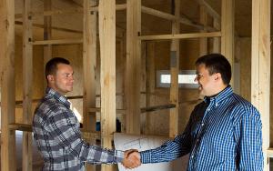 Le client et son entrepreneur en rénovation sont d'accord sur les travaux à effectuer.